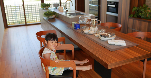 家族で料理を楽しむ家には、アイランドキッチン
